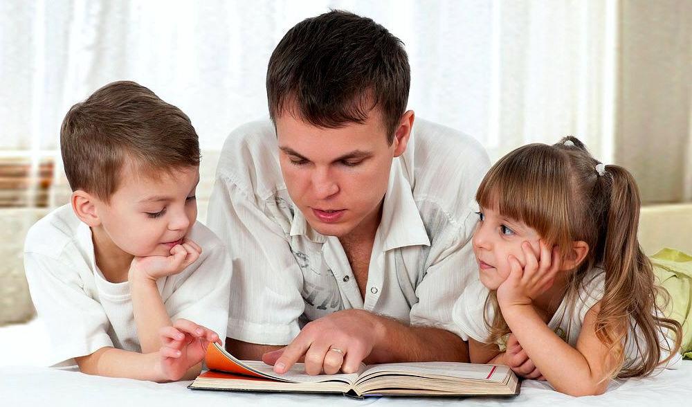 Папа читает детям