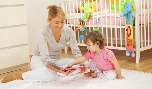Мама читает дочке